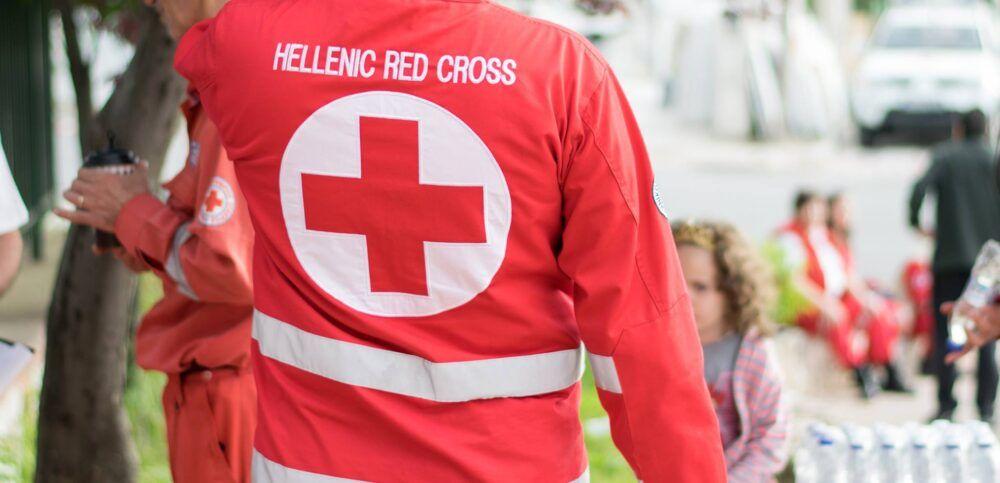 Μεταφορά ηλικιωμένων και ατόμων με κινητικά προβλήματα για εμβολιασμό από τον Ερυθρό Σταυρό