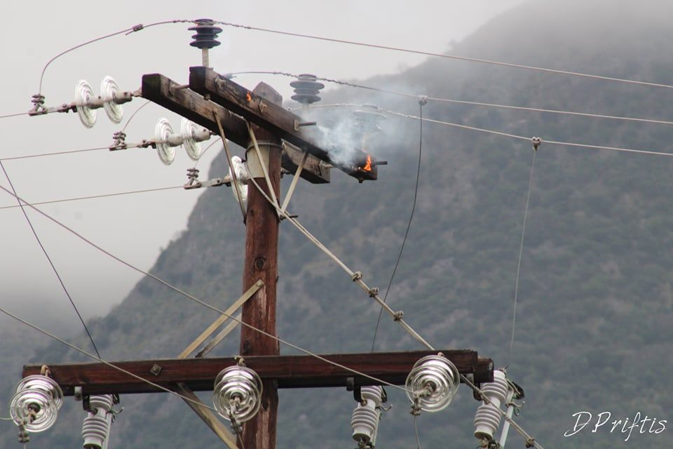 Electricity pole in Acharavi catches fire