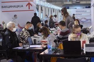 «Εμβολιαστικός τουρισμός» (!) στην Σερβία που συγκέντρωσε υπερεπάρκεια εμβολίων